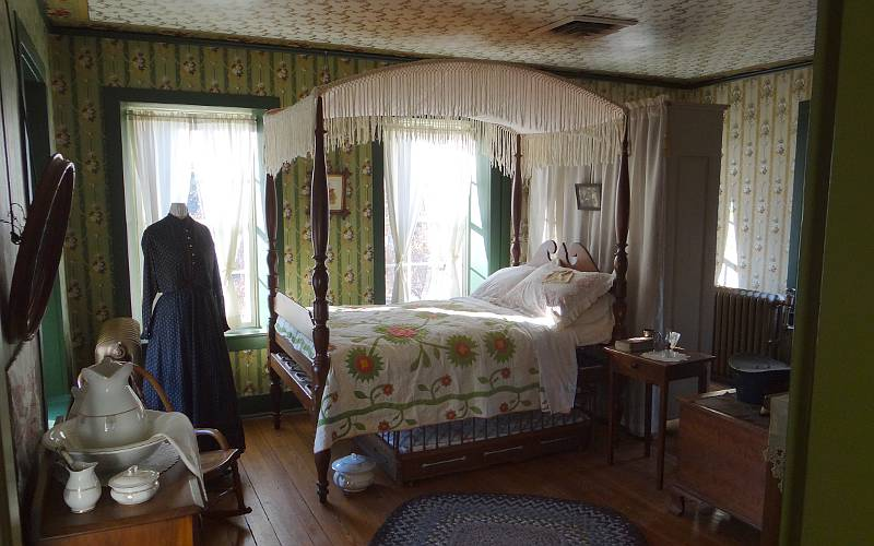 four poster bed in Wolf House Museum