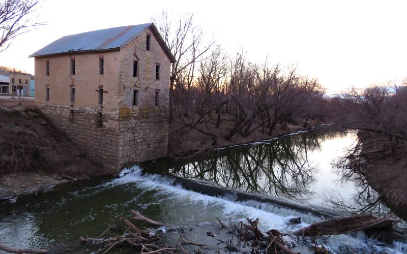 Cottonwood River mill dam falls o Cedar Point, Kansas